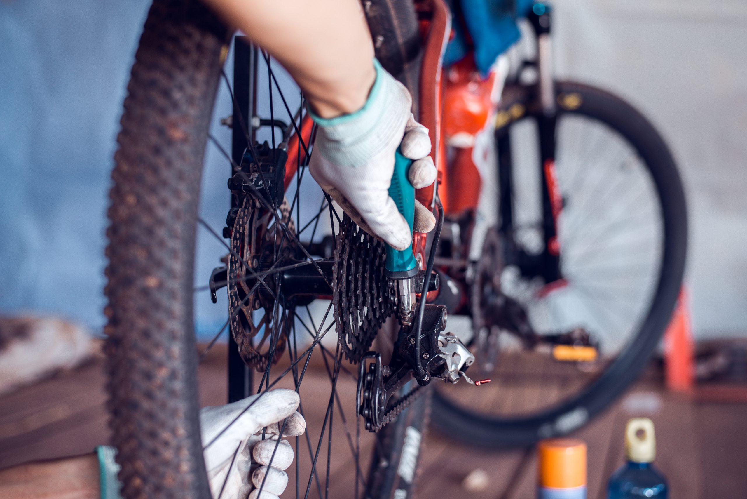 schoonmaakmiddelen en fietsgereedschap